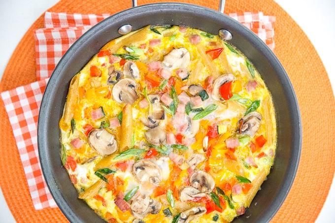 فریتاتا پخته با مقدار زیادی سبزیجات و تخم مرغ